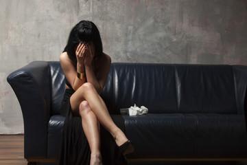 weinende Frau auf einem Sofa