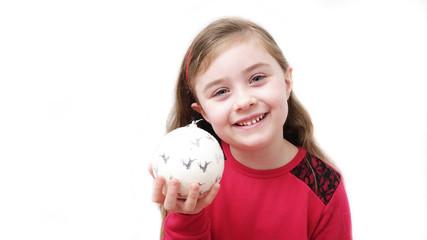 Bambina con pallina di Natale