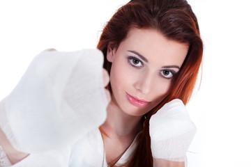 Junge rothaarige Frau mit Boxbandagen