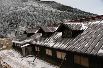 山小屋と雪