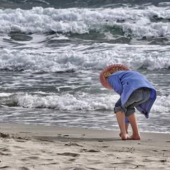 Bambina in riva al mare
