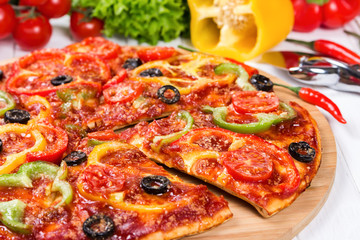 Pizza with tomatoes, peppers and olives