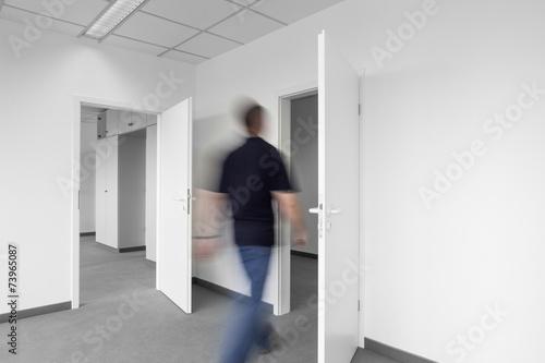 Büroalltag laufender Mann - 73965087