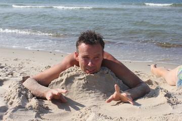 Греясь на горячем песке после морских купаний