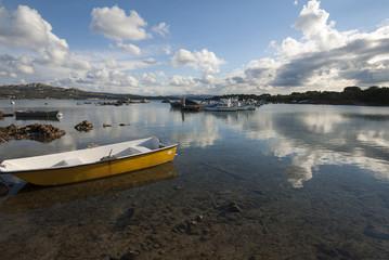 Nuvole riflesse con barca