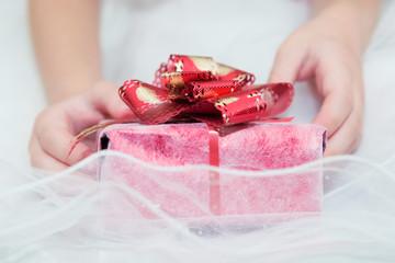 Подарок в руках ребенка.