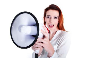 Junge rothaarige Frau mit Megafon verkündet Neuigkeiten