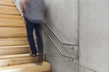 laufender Mann auf der Treppe © Matthias Buehner