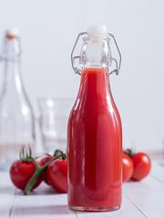 Tomatensaft in einer Flasche