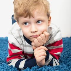Портрет скучающего ребенка.