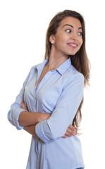 Frau mit langen braunen Haaren schaut sich um