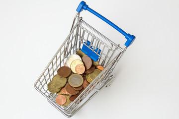 Geld im Enkaufswagen von oben