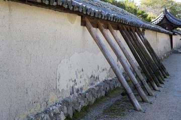 補強される法隆寺の土塀