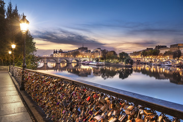 Photos illustrations et vid os de pont des arts - Le pont de lamour a paris ...