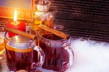 Glühwein mit Zimtstangen, Rum