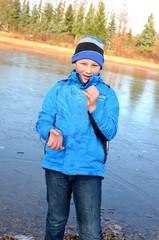 Junge im Winter mit Eisstück
