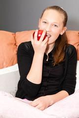 jeune fille qui mange une pomme rouge