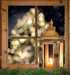 Laterna am Fenster vor einem Weihnachtsbaum