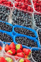 Markt - Marktstand mit Obst / Beeren