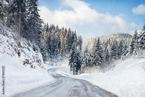 Snowy winter road - 74003215