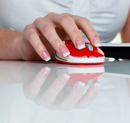 Frau im Büro mit Computer Maus