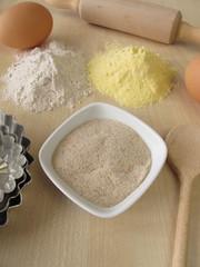 Gemahlene Flohsamenschalen, Buchweizenmehl und Maismehl