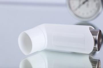 Asthmaspray und Blutdruckmesser