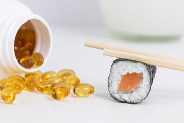 Sushi neben Fischölkapseln,  Omega 3 Fettsäuren