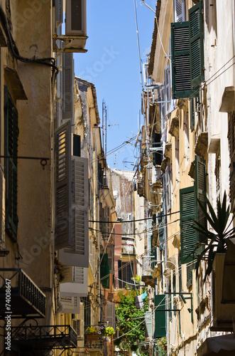 waska-ulica-w-srodziemnomorskim-miasteczku-corfu-grecja