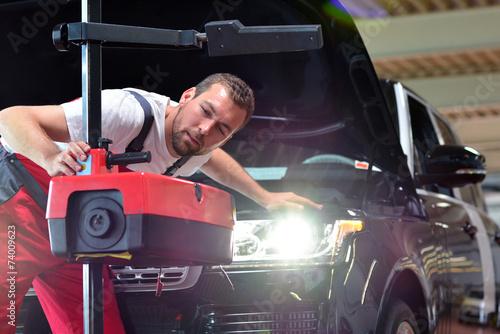 Leinwanddruck Bild Lichttest // Automotive mechanic makes light test in workshop