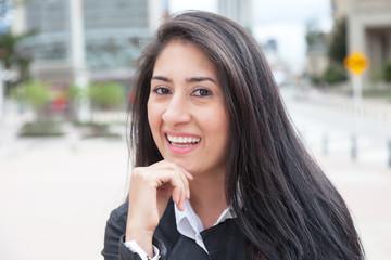 Frau mit langen schwarzen Haaren in der Stadt