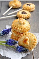 Pie pops with chocolate and muscari flowers
