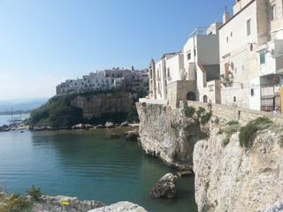 Apulien, Häuser entlang der Küstenstrasse in Vieste