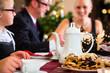 Familie bei traditioneller Kaffeetafel zu Weihnachten