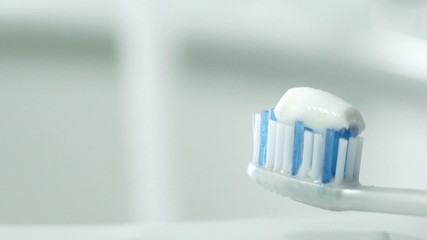 Spazzolino con dentifricio