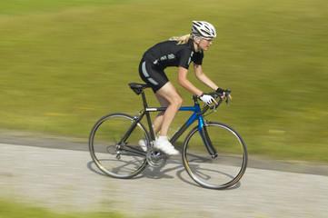 Radrennfahrerin auf dem Weg