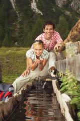 Österreich, Salzburger Land, Paar trinkt Wasser