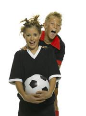 Junge und Mädchen mit Fußball