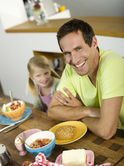 Vater und Tochter am Frühstückstisch