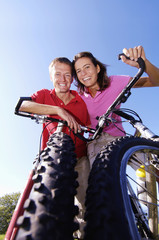 Junges Paar auf dem Fahrrad, lächeln, Portrait