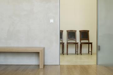 Stühle und Bank in modernem Zimmer