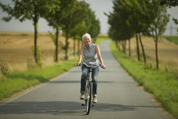 Senior Frau Radfahren auf der Straße