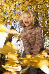 Junges Mädchen spielt im Freien