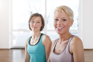Deutschland, Porträt von Frau, im Fitnessstudio, lächelnd