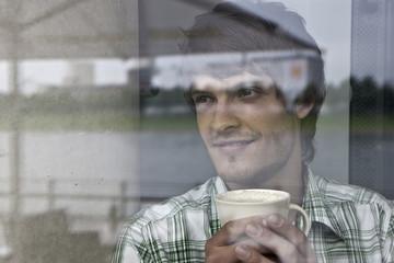 Deutschland, Köln, Junger Mann im Café