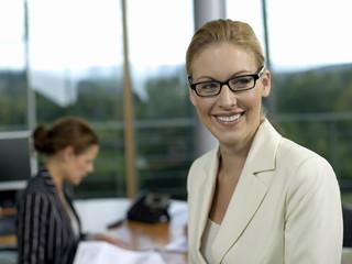 Geschäftsfrauen im Büro, lächeln
