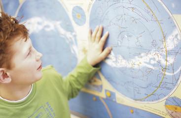 Junge Blick auf Weltkarte, close-up