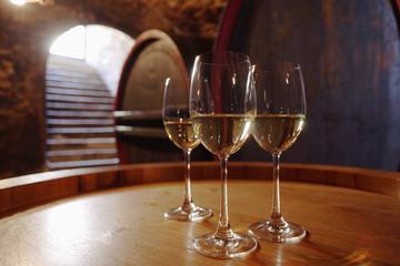 Weißwein in den Gläsern auf Weinfass, close-up