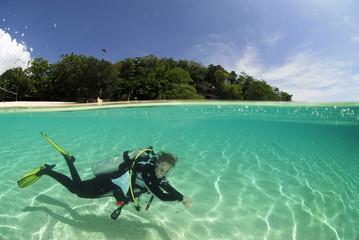 Philippinen, Dalmakya Island, Frau taucht im Meer, Unterwasseransicht