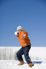 Österreich, Mädchen wirft Schneeball, Portrait